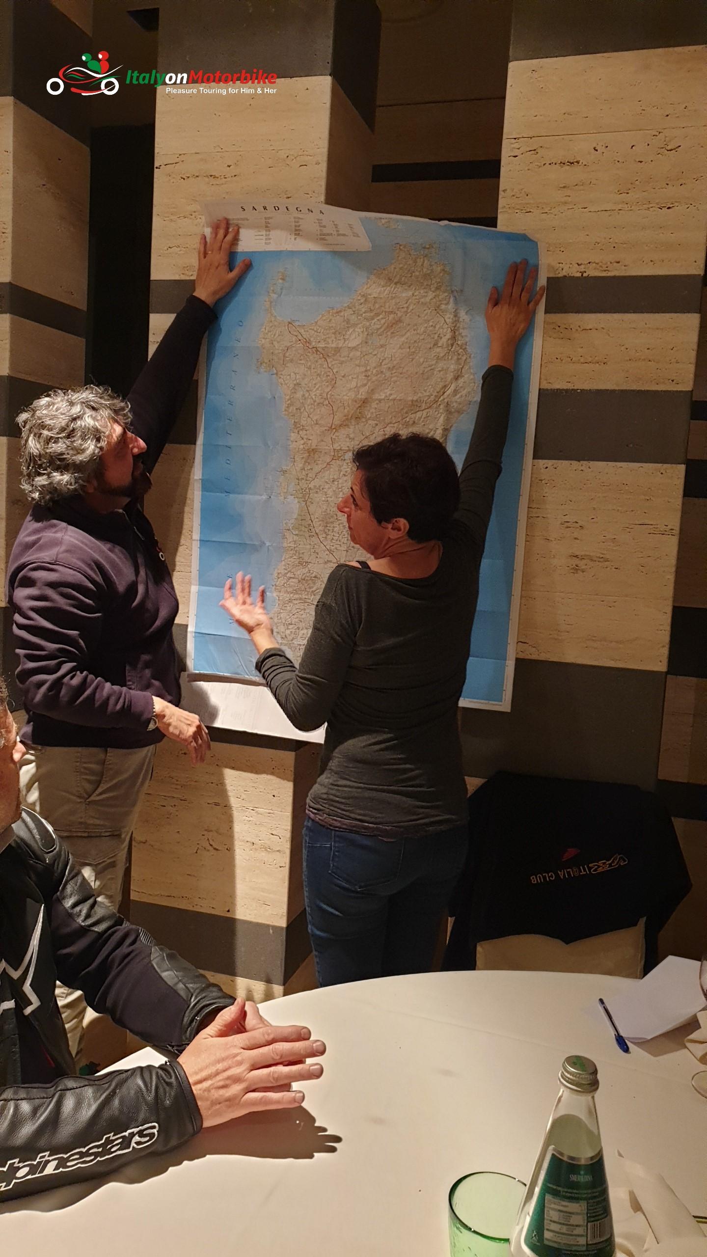 Comment lire une carte avec les gens du coin