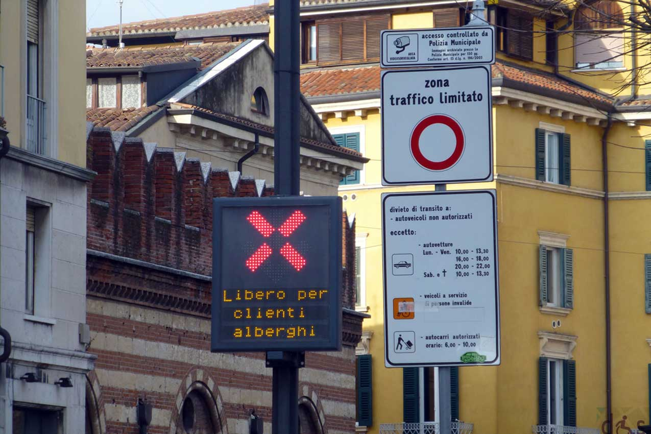 A ZTL sign in Verona which shows exceptions for the customers of the local hotels